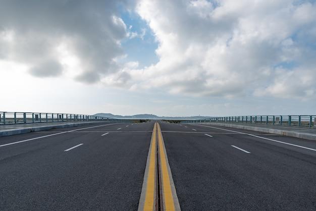 Дорога под низким углом ведет на расстояние