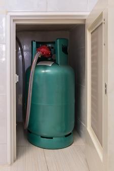 調理用lpgガスタンクは、ガスストーブ近くの小さな収納コンパートメントに収納されています