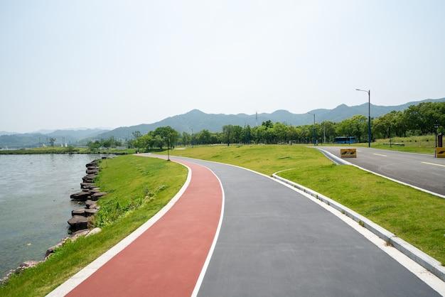 緑豊かな木々や屋外の高速道路