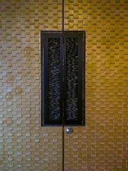 Роскошная дверь с теплым светом для оформления помещения для семинаров в отеле, вид спереди с копией пространства.