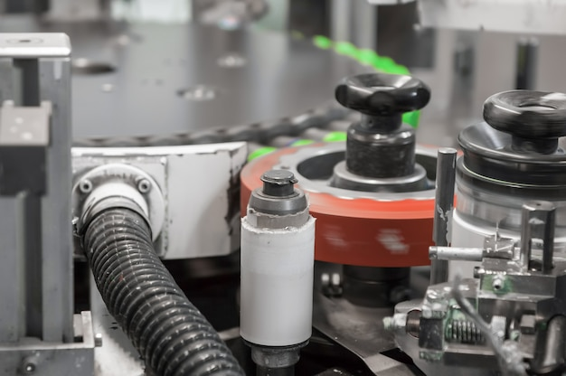 機械はプラスチックのふたに印刷します。プラスチックキャップへの印刷