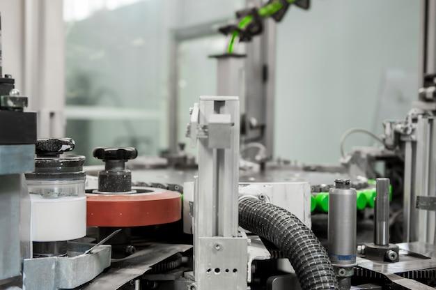 Машина печатает на пластиковых крышках. печать на пластиковых колпачках