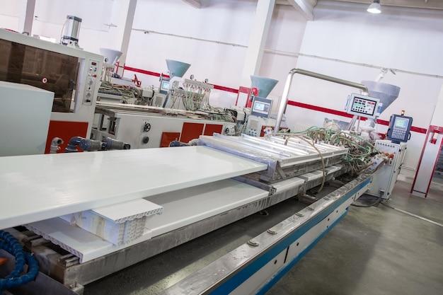 기계는 pvc에서 창틀을 생산합니다. pvc 프로파일 생산 작업장