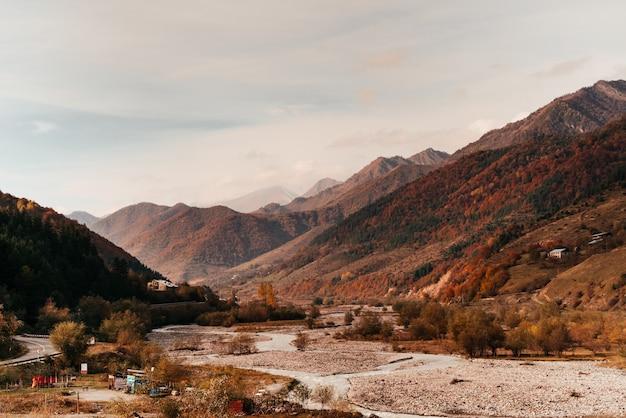 Волшебная природа, высокие горы и холмы, покрытые деревьями, яркая осенняя природа.