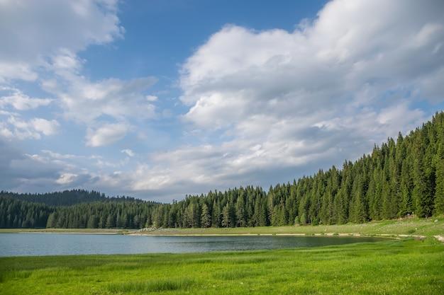 壮大なブラックレイクは、モンテネグロ北部のザブリャクにあるドゥルミトル国立公園にあります。