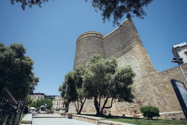 Девичья башня, также известная как гиз галаси, находится в старом городе баку.