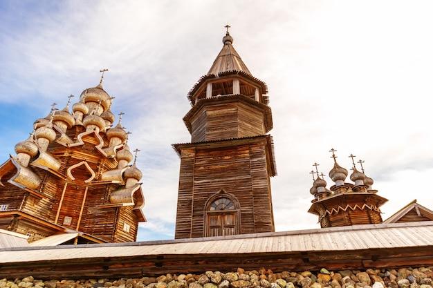 Kizhi 야외 박물관의 주요 앙상블. 목조 건축 기념물: 교회와 종탑. 러시아 카렐리야 키지 섬. 세부.