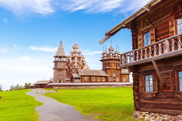 Kizhi 야외 박물관의 주요 앙상블. 목조 건축 기념물: 교회와 종탑. 러시아 카렐리야 키지 섬.