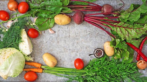 主な成分-ボルシッシュ(ビートルート、キャベツ、ニンジン、ジャガイモ、トマト)を調理するための野菜。上面図