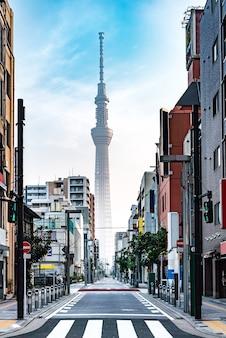 日の出のメインストリートから東京スカイツリーへ