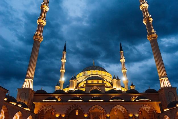 雄大なアラブのイスラム教モスクが夕方の空の下で輝きます