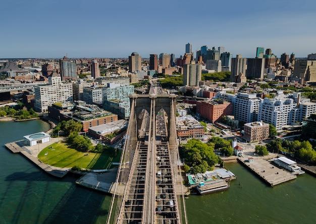 ニューヨークの雄大なブルックリン橋ブルックリンのダウンタウンのスカイラインの側面図米国