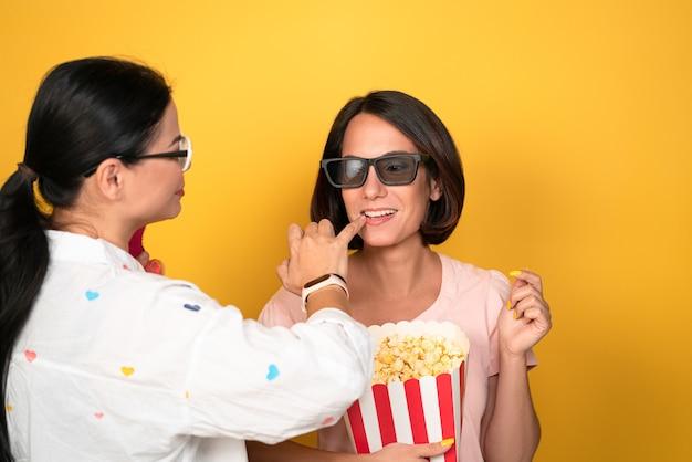 Визажист поправляет губы модели девушки перед съемкой