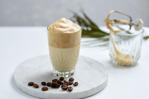 Изготовление dalgona south korean coffee ice dalgona coffee - модного пушистого взбитого сливочного кофе.