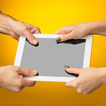 Мужские и женские руки с помощью планшетного пк с черным экраном, изолированные