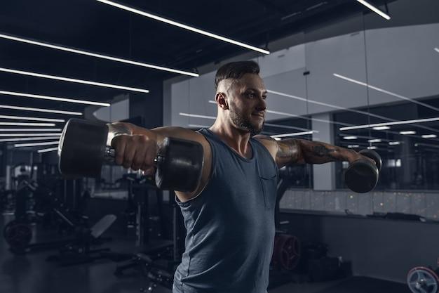 ジムで一生懸命トレーニングしている男性アスリート