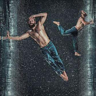 어두운 배경에 물 속에서 남성 브레이크 댄서입니다. 콜라주