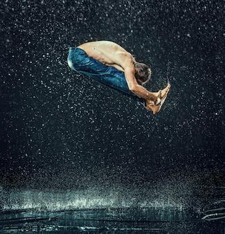 水中の男性のブレイクダンサー。