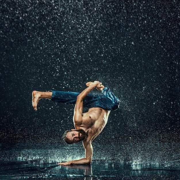 Мужской брейк танцор в воде.