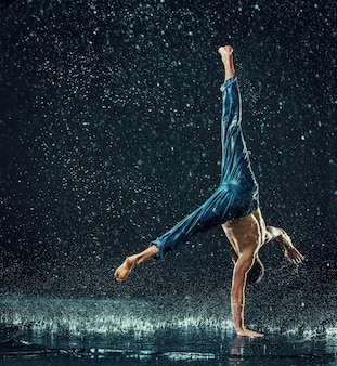 水の男性ブレイクダンサー。