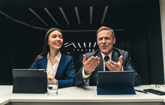 ビジネス会議での男女