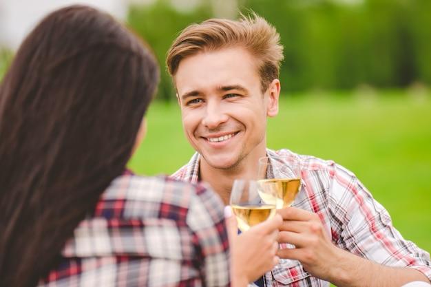 남자와 여자는 자연에서 술을 마신다