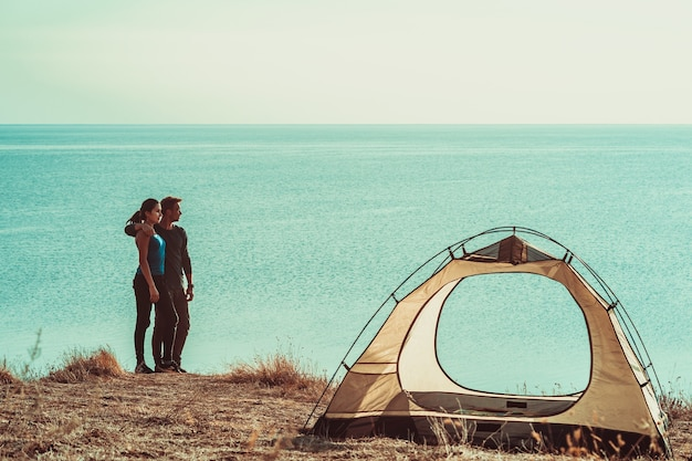 男と女は海の近くのキャンプ場で休んでいます
