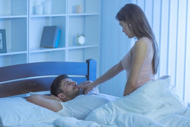 Мужчина и женщина занимаются сексом в постели. ночное время