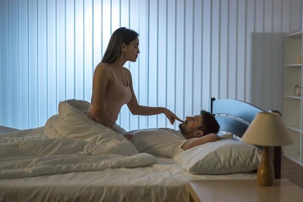 Мужчина и женщина занимаются сексом в постели