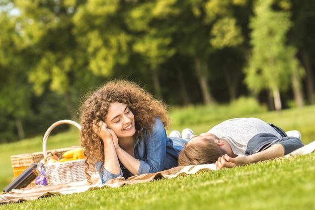 남자와 여자는 공원에서 피크닉에 휴식
