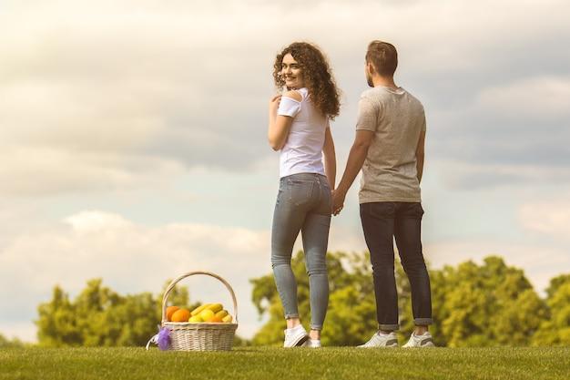 男と女は草の中に立っています