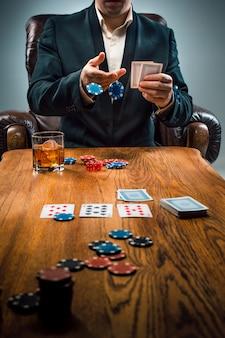 남자, 도박 칩, 음료 및 카드 놀이