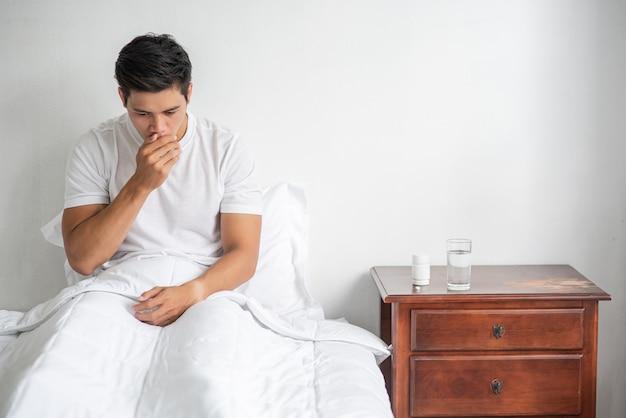 Мужчина закашлялся, зажал рот рукой и сел на кровать.