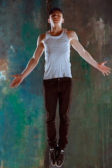 Мужчина танцует хип-хоп хореографию