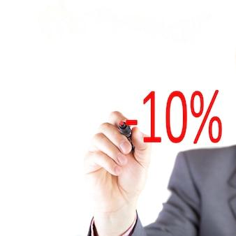Мужчина рисует процент красным маркером