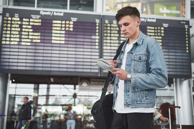 その男は空港での飛行を期待している。