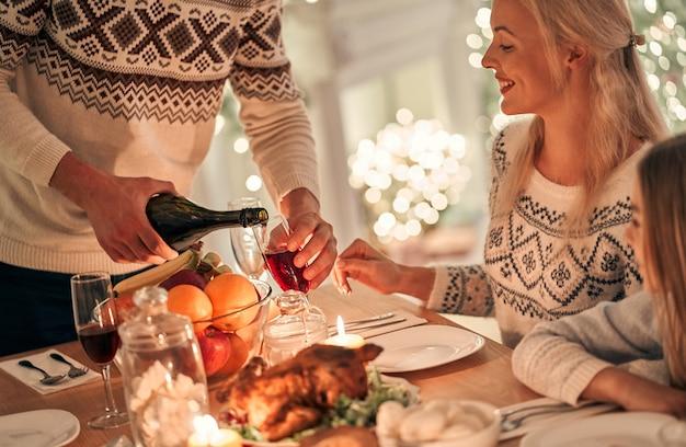 남자는 여자에게 와인 잔을 채우고