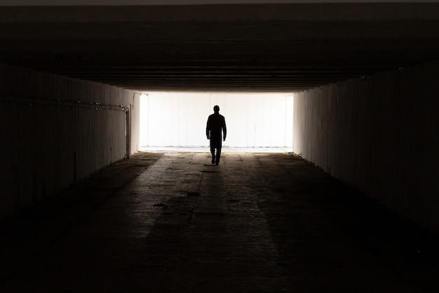 남자는 터널의 빛으로 간다