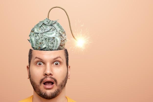 У этого человека в голове долларовая бомба, которая скоро взорвется. концепция страха финансового кризиса, банкротство, сбережения, страх, кредит, долги.