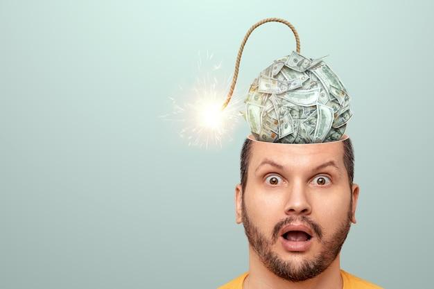 그 남자의 머리에는 곧 폭발할 달러 폭탄이 있습니다. 금융 위기 공포 개념, 파산, 저축, 공포, 신용, 부채.