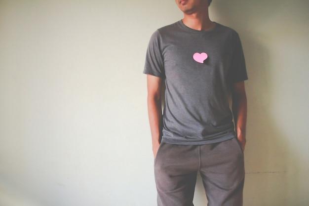 男は体に紙のハートを持っています。愛の概念、幸せなバレンタイン。