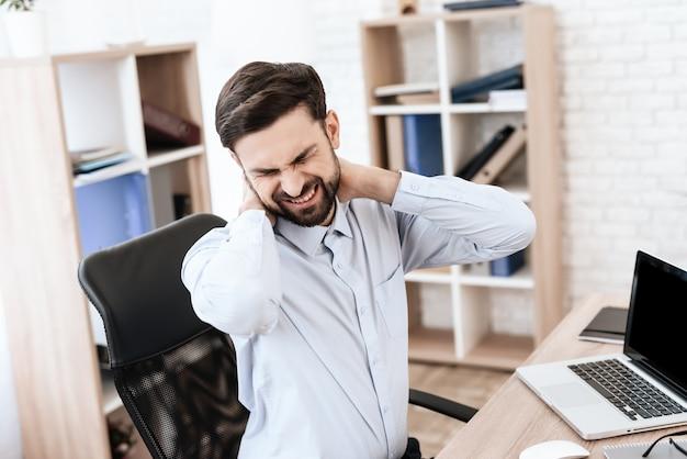 У мужчины болит шея.