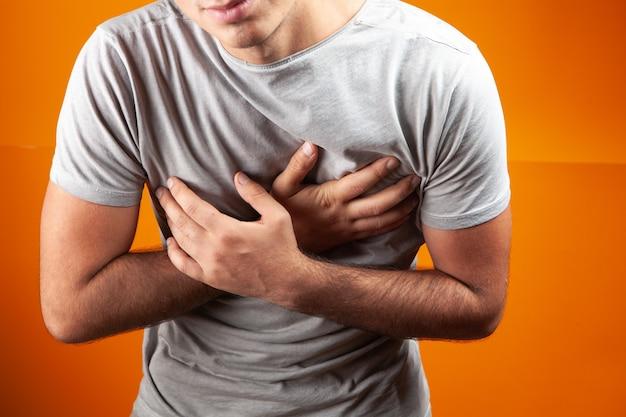 У мужчины боль в груди