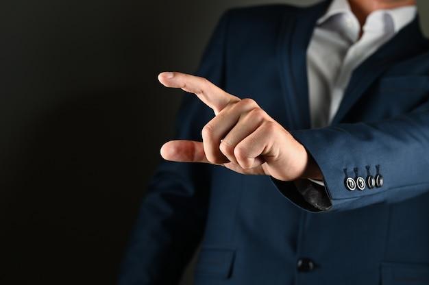 Мужчина держит перед собой указательный палец