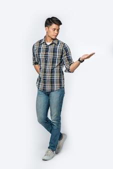 市松模様のシャツを着た男性が左に手を開きます