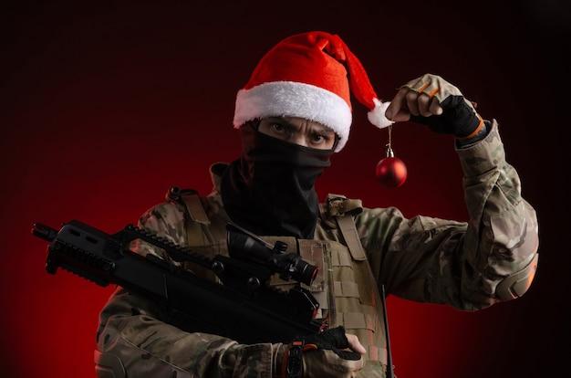 手に銃を持った軍服の男クリスマスのおもちゃ