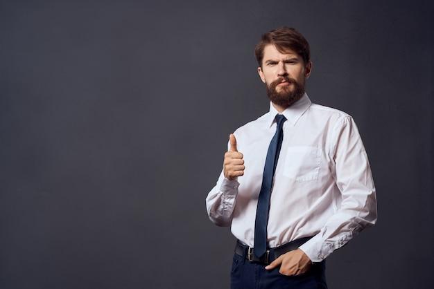 スーツの男の感情手ジェスチャー暗い背景