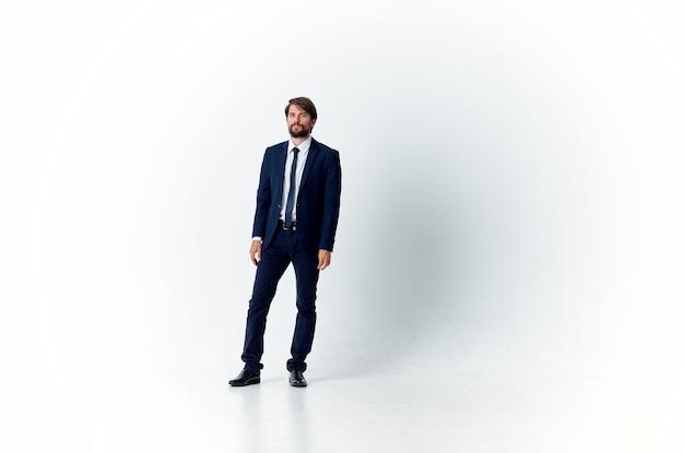 スーツを着た男は成功した幸せな上司を感情的にします。高品質の写真