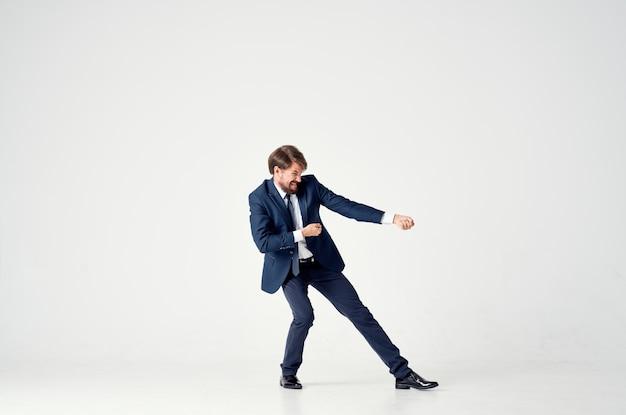 スーツを着た男が成功したオフィススタジオを感情的に