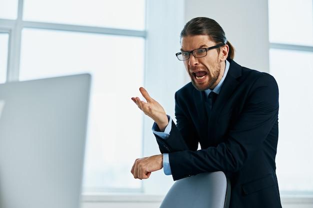 スーツの感情の仕事の頭の男はライフスタイルを記録します